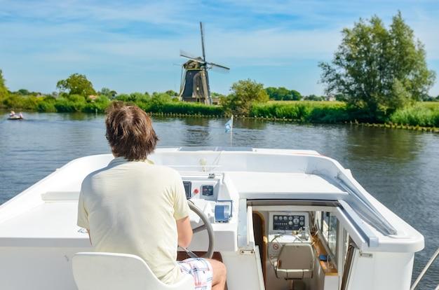 Familienurlaub, sommerferienreise auf lastkahnboot im kanal Premium Fotos