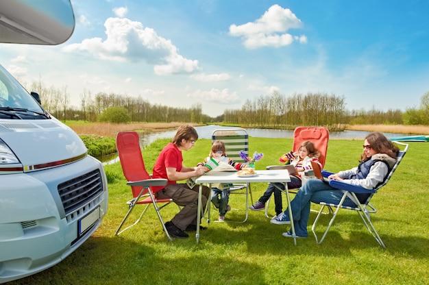 Familienurlaub, wohnmobilreisen mit kindern, glückliche eltern mit kindern haben spaß auf urlaubsreise im wohnmobil Premium Fotos