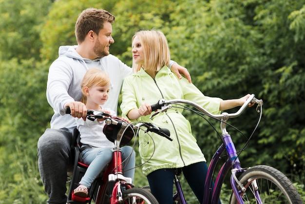 Familienzeit mit fahrrädern Kostenlose Fotos