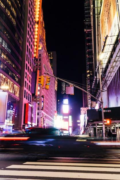 Fantastische ansicht der nachtstraße mit gebäuden Premium Fotos