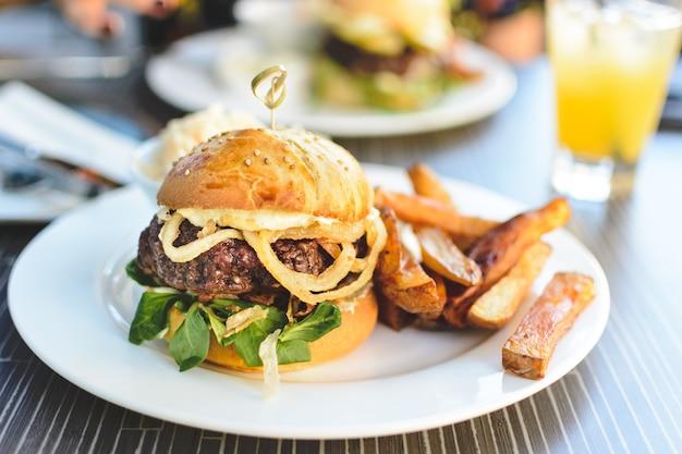 Fantastischer saftiger rindfleischburger im sommer Kostenlose Fotos