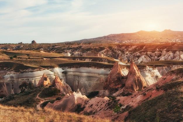 Fantastischer sonnenaufgang über dem roten tal in kappadokien, anatolien, t. Premium Fotos