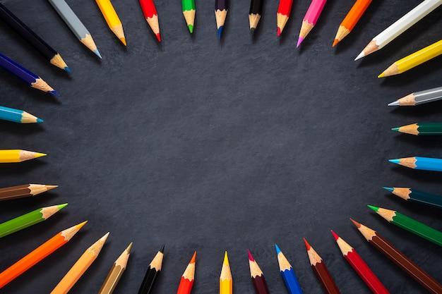 Farbige bleistifte auf tafelhintergrund Premium Fotos