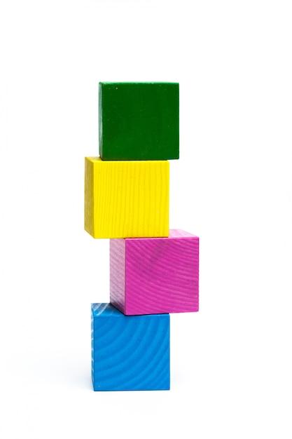 Farbige kinderwürfel auf weiß lokalisiert Premium Fotos