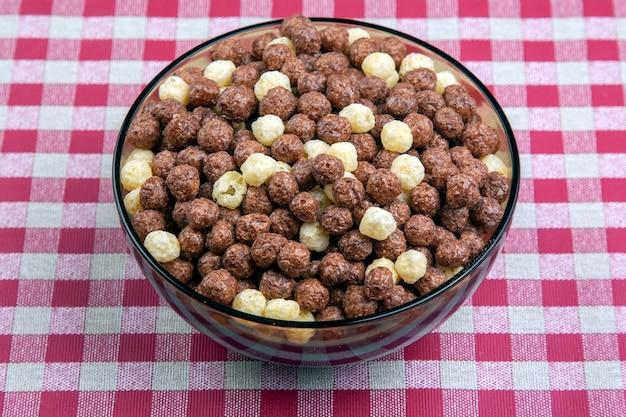 Farbige leichte snacks. frühstück auf dem teller. diät und kalorien. dessert essen. Premium Fotos