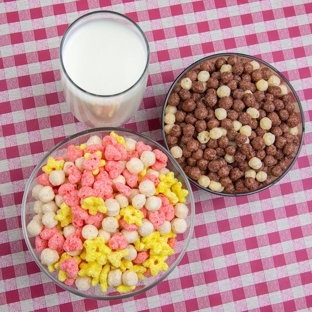 Farbige leichte snacks. frühstück in einem teller und einem glas milch. diät und kalorien. dessert essen. Premium Fotos