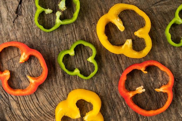 Farbige paprika auf holzhintergrund geschoben Kostenlose Fotos