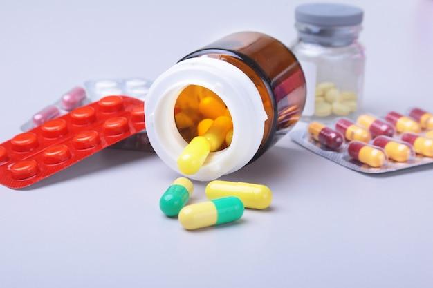Farbige pillen, tabletten, kapseln blasen und rotes herz für pharmazie und medizin. Premium Fotos