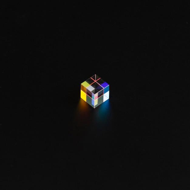 Farbiges würfelprisma im dunkeln Kostenlose Fotos
