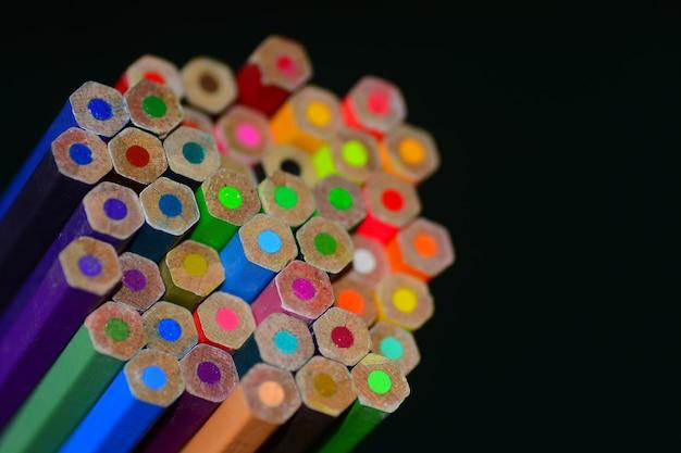 Farbstift mit angespitzter tafel Premium Fotos
