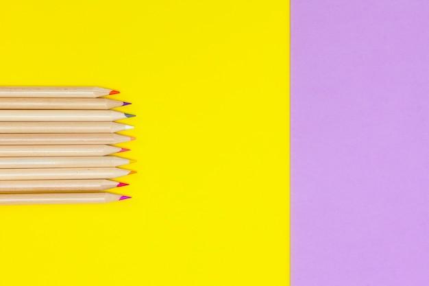 Farbstifte und bleistiftspitzer kopierraum, hohe ansicht Premium Fotos