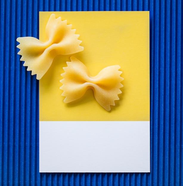 Farfalle-pasta auf einer gelben karte Kostenlose Fotos