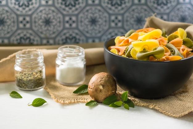 Farfalle tricolor organic gesundes lebensmittel. italienische pasta Premium Fotos