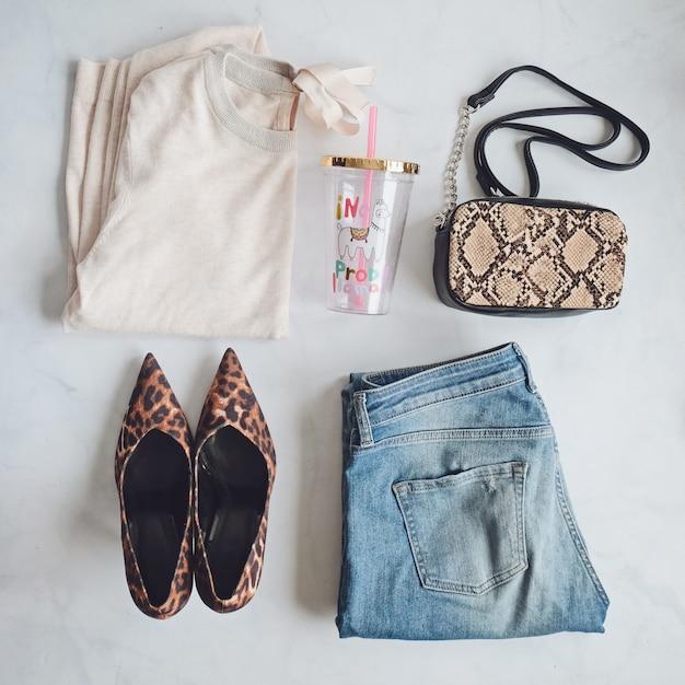 Fashion lady kleidung set. stylische schlangenhandtaschen-clutch, trendige leopardenschuhe. wohnung lag auf weißem hintergrund Premium Fotos