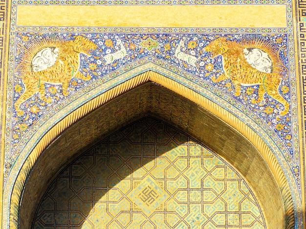 Fassade der sher-dor-medrese auf dem registan-platz in samarkand. usbekistan Premium Fotos