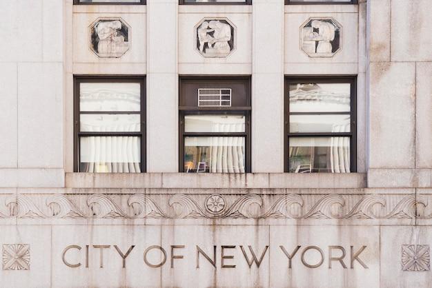 Fassade des gebäudes mit text city of new york Kostenlose Fotos