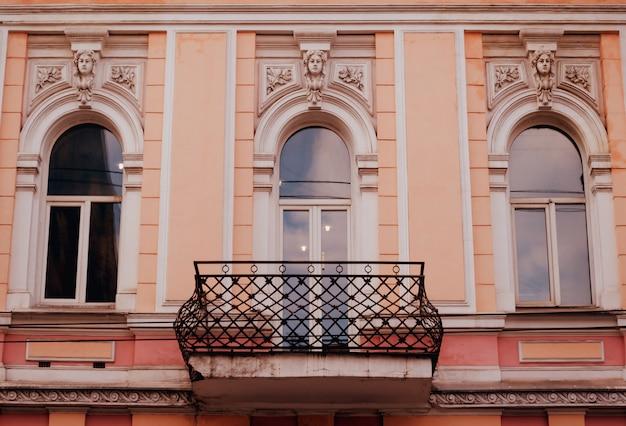 Fassade des historischen gebäudes. Premium Fotos