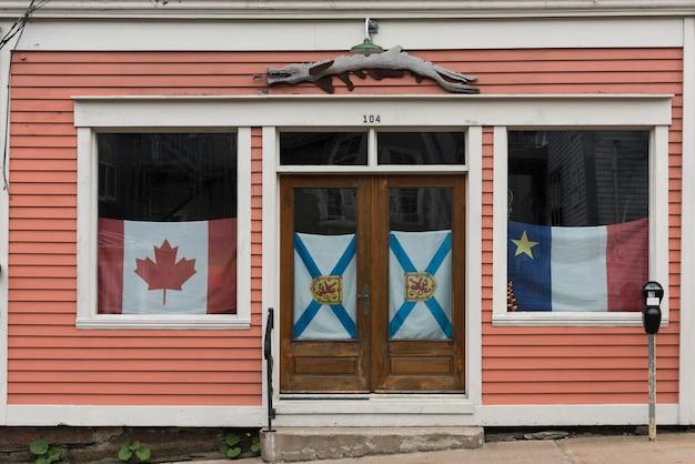 Fassade eines hauses mit markierungsfahnen im fenster, lunenburg, neuschottland, kanada Premium Fotos
