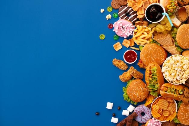 Fast-food-gericht auf blau Kostenlose Fotos