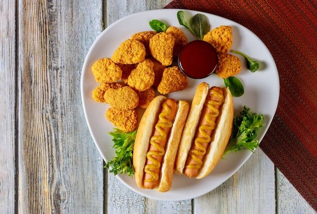 Fast-food-konzept. hot dog mit hühnernuggets. Premium Fotos