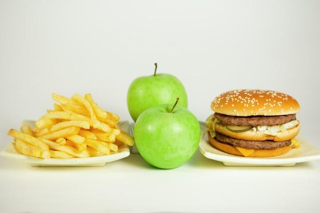 Fast food oder vitamine ungesundes und gesundes essen Premium Fotos