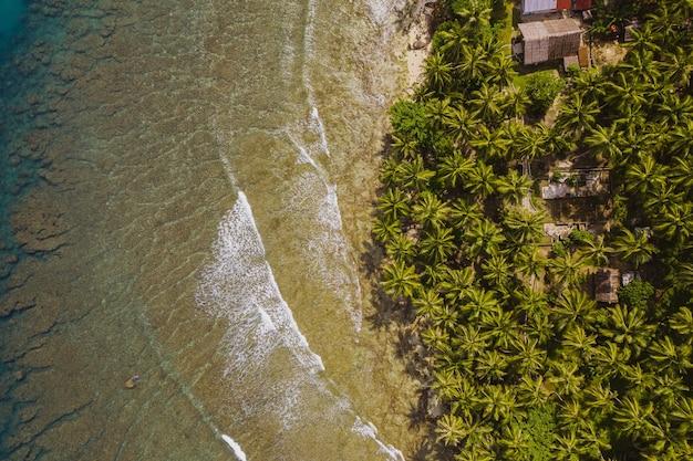 Faszinierende ansicht des strandes mit weißem sand und türkisfarbenem klarem wasser in indonesien Kostenlose Fotos