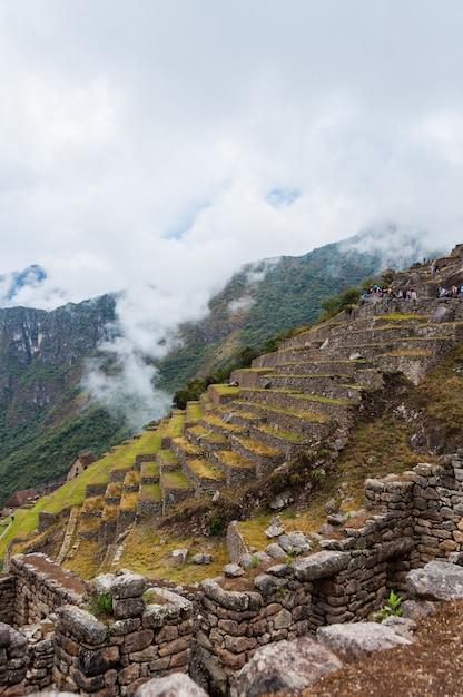 Faszinierende ansicht von machu picchu in peru bedeckt mit wolken Kostenlose Fotos
