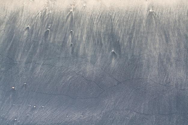 Faszinierende muster aus schwarzem und weißem sand. Premium Fotos