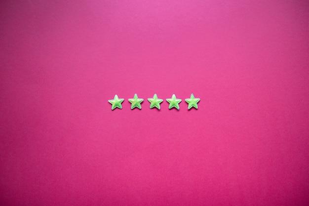 Feedback mit fünf sternen an der tafel. service-rating, zufriedenheitskonzept Premium Fotos