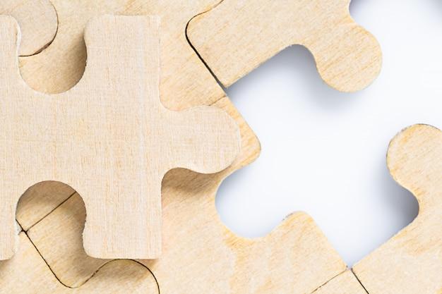 Fehlende puzzlestücke auf weiß Premium Fotos