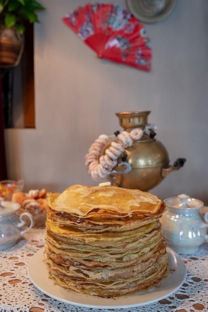 Feier der maslenitsa mit pfannkuchen und tee aus einem samowar Premium Fotos