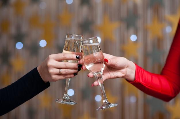 Feier. leute, die gläser champagner halten, die einen toast machen Premium Fotos