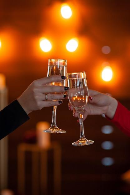Feier. leute, welche die gläser champagner einen toast machend halten Premium Fotos