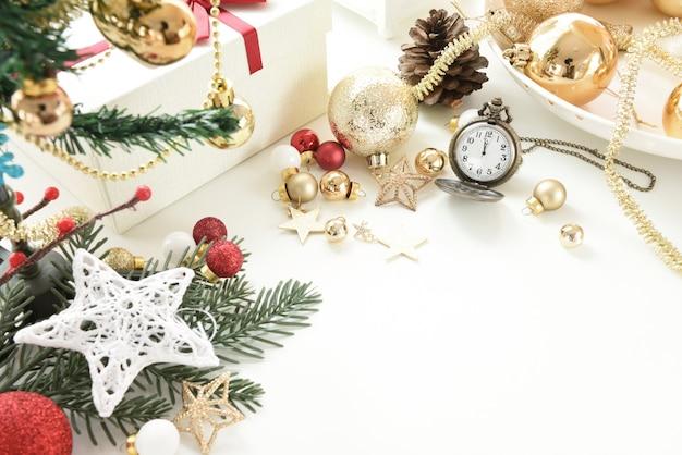 Feierbälle und andere dekoration. weihnachts- und neujahrskonzept Premium Fotos