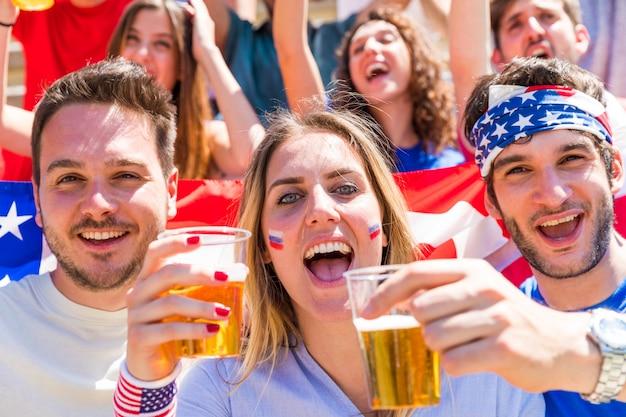 Feierlichkeiten zum vierten juli, amerikaner jubeln mit bier und usa-flaggen Premium Fotos