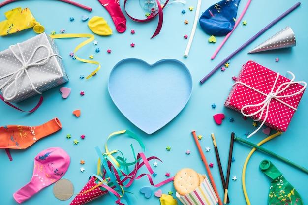 Feierpartei-hintergrundkonzepte mit buntem element und geschenkbox vorhanden Premium Fotos