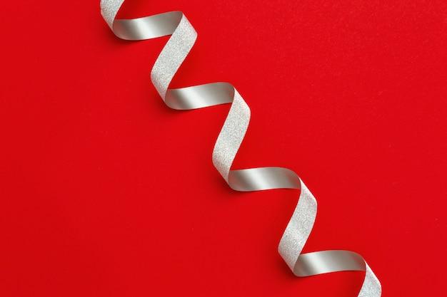 Feiertagshintergrund mit kopienraum. silber spiralband Premium Fotos