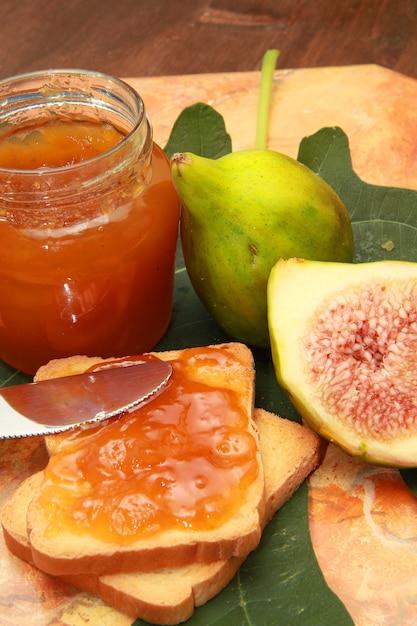 Feigen und marmelade auf einer scheibe brot Premium Fotos