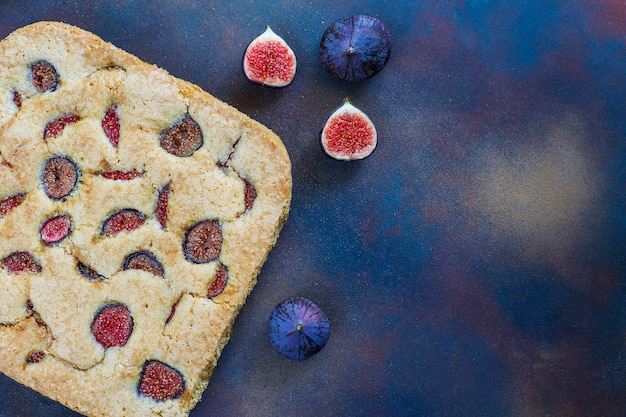 Feigenkuchen mit frischen feigen auf dunkelheit Kostenlose Fotos