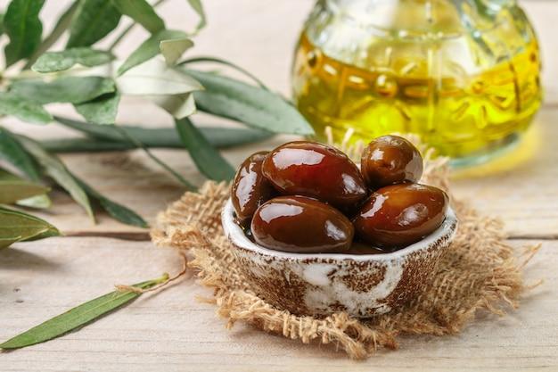 Feinkost griechischen kalamata schwarz rot glänzenden oliven Premium Fotos