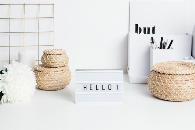 Feld hallo auf weißer tabelle mit körben einer blume und des strohs Premium Fotos