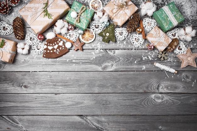 Feld von den weihnachtsdekorationen auf einem alten holztisch. feiertage weihnachten hintergrund Premium Fotos