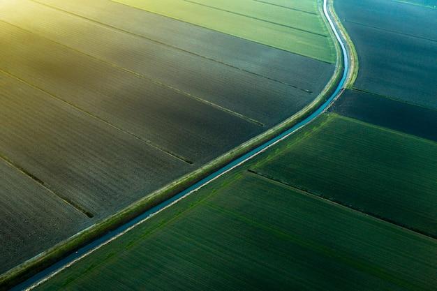 Felder von einer drohne im sonnenuntergang angesehen Premium Fotos