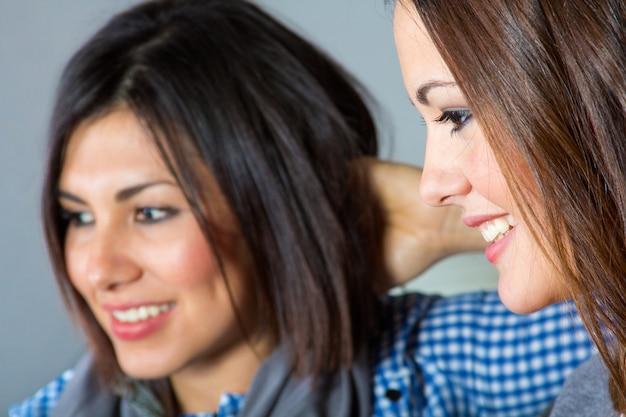 Feliz casual cara elegante latina Premium Fotos