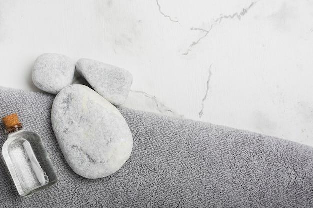 Felsen und container auf handtuch Kostenlose Fotos