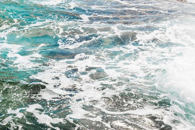 Felsige küste der nahaufnahme mit kristallinem wasser Kostenlose Fotos