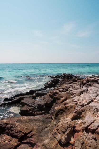 Felsiges idyllisches meer gegen blauen himmel Kostenlose Fotos