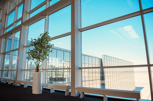 Fenster eines geschäftszentrums im werk, flughafen donezk Premium Fotos