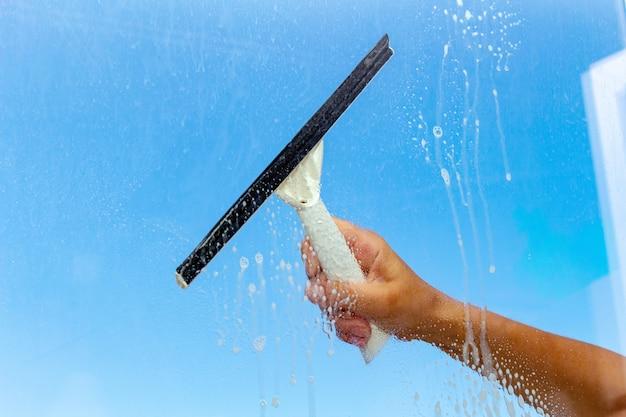 Fenster mit spezialbürste reinigen Premium Fotos