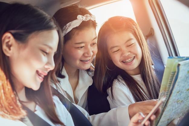Ferienzeit, drei schöne junge frauen, die nett sind, reist zusammen Premium Fotos